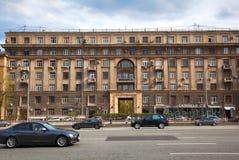 在Kutuzovsky Prospekt,老历史建筑学的车 库存照片