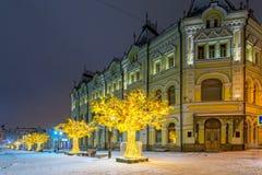 在Kuznetsky的发光的树多数街道 图库摄影