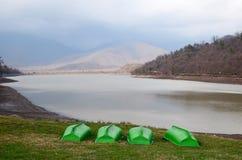 在Kvareli湖海岸的四条鲜绿色的小船  佐治亚 免版税库存图片