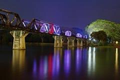 在Kwai河的桥梁在晚上 库存图片