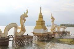 在Kwan帕尧,泰国的白色纳卡人雕象 库存照片