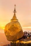 在Kyaiktiyo塔,在缅甸的金黄岩石的美好的日落 库存照片