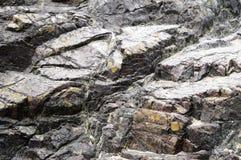 在Kyance小海湾的蜒蜒岩层在康沃尔郡 库存图片