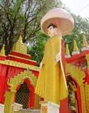 在Kyaw昂山Dar修道院的金黄雕象菩萨 库存图片
