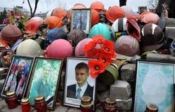 在Kyiv_13的人s纪念英雄天堂般的数百 图库摄影