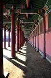在Kyoungbok宫殿的一个空的走廊 免版税库存照片