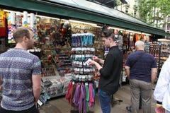 在La兰布拉街道,巴塞罗那,西班牙的纪念品店 免版税库存图片