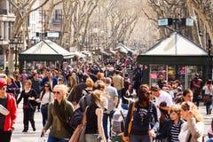 在La兰布拉,巴塞罗那的人群。西班牙 库存图片