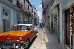 在La哈瓦那古巴街道的老汽车  免版税库存照片