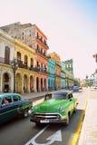 在La哈瓦那` s街道的经典汽车 免版税库存图片