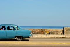 在La哈瓦那` s Malecon的经典汽车 图库摄影