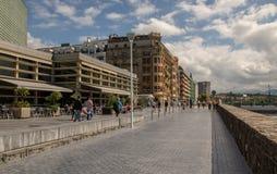 在La外耳旁边海滩的街道在圣・萨巴斯蒂安 图库摄影