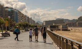 在La外耳旁边海滩的街道在圣・萨巴斯蒂安 免版税库存照片