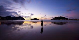 在La外耳, Donostia,圣塞巴斯蒂安,基普斯夸省海湾的日落  免版税库存图片
