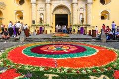 在La默塞德教会,安提瓜岛,危地马拉前面的被借的地毯 免版税库存图片