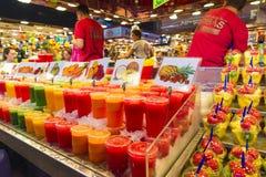 在La Boqueria,巴塞罗那的水果摊 免版税库存图片