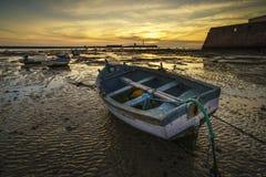 在La Caleta海滩卡迪士西班牙的海滩小船 免版税图库摄影