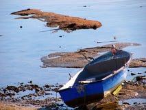 在La Caleta海滩胜地的渔船在卡迪士 图库摄影