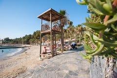 在la caleta de与抢救塔的velez马拉加海滩的日落  免版税库存照片