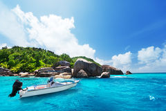 在La Digue,塞舌尔群岛海滩的速度小船  免版税库存照片