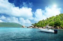 在La Digue,塞舌尔群岛海滩的速度小船  库存图片