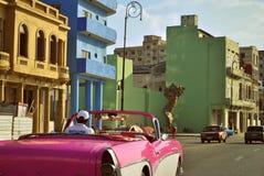 在La Habana街道上的桃红色汽车  免版税库存照片