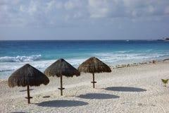 在La Isla Dorado,墨西哥的坎昆海滩 免版税库存照片
