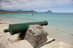 在La Preneuse海滩的大炮在毛里求斯 免版税图库摄影