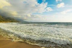 在La Speranza海滩的波浪岸 免版税库存图片