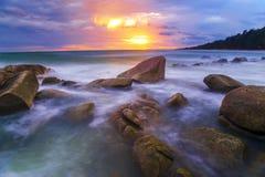 在Laan Hin Khao (白色岩石), Mae Ram Phung海滩,镭的海景 免版税库存照片