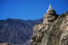 在ladakh印度的路旁stupas 免版税库存照片