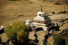 在ladakh印度的路旁stupas 免版税图库摄影