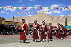 在Ladakh节日的文化舞蹈 免版税库存照片
