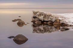 在Ladoga湖的春天日落 免版税库存照片