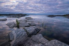 在Ladoga湖的桃红色和蓝色早晨 免版税库存照片