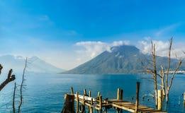 在Lago Atilan和火山圣佩德罗火山的看法在危地马拉 免版税库存照片