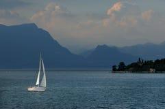 在Lago di加尔达的一条游艇 库存照片