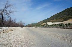 在Lago Enriquillo和JimanÃ附近的石渣路 免版税库存图片