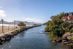在Lagoa da康塞桑-弗洛里亚诺波利斯,圣卡塔琳娜州,巴西巴拉岛da Lagoa地区的运河  图库摄影