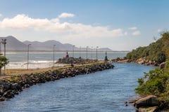 在Lagoa da康塞桑-弗洛里亚诺波利斯,圣卡塔琳娜州,巴西巴拉岛da Lagoa地区的运河  免版税库存图片