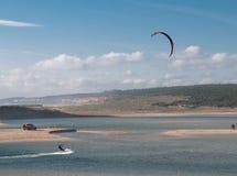 在Lagoa da阿尔布费拉的Kitesurfing 免版税图库摄影