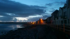 在Lahinch海滩,克莱尔郡,爱尔兰的晚上天空 免版税图库摄影