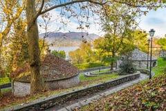 在lake.with星期日的秋天 冷藏库在Cazzago Brabbia湖瓦雷泽,瓦雷泽,意大利省  库存图片