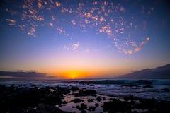 在lanai和莫洛凯区之间的日落 库存图片