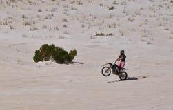 在Lancelin沙丘的摩托车自行车前轮离地平衡特技:西澳州 库存照片