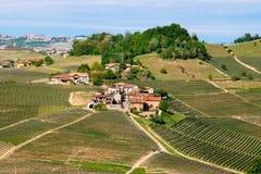 在Langhe葡萄园中的小村庄 在巴罗洛,山麓,意大利,联合国科教文组织遗产附近的葡萄栽培 巴罗洛, 免版税库存照片