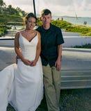 在lanikai海滩的婚礼夫妇 免版税图库摄影
