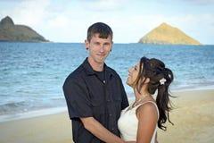 在lanikai海滩的婚礼夫妇 库存照片