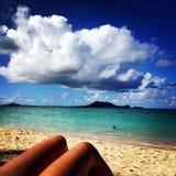 在Lanikai海滩的腿 免版税库存照片