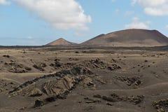在Lanzarote的火山的山和火山口 免版税库存图片